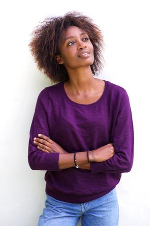 ojos negros: Retrato de una mujer afroamericana joven y atractiva contra el fondo blanco