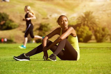niñas bonitas: Retrato de mujer joven africano deportes relajarse al aire libre después de entrenamiento Foto de archivo