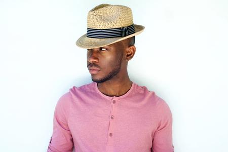 modelos negras: Cerca de retrato de joven fresca modelo de moda masculina con sombrero negro sobre fondo blanco