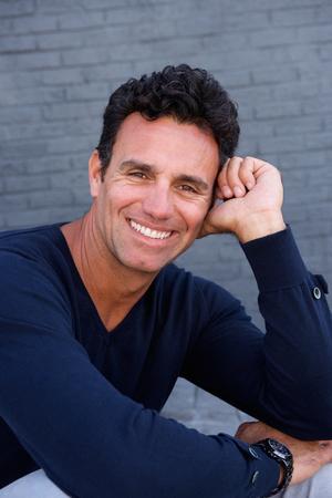 hombres maduros: Cerca de retrato de un hombre mayor hermoso que sonríe con el suéter azul Foto de archivo