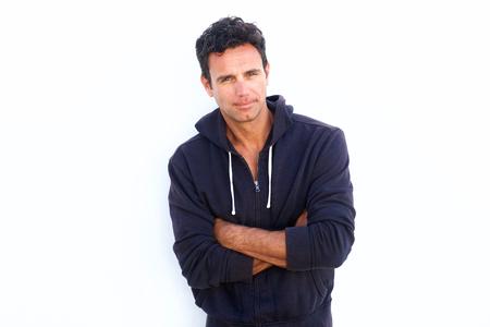 viso uomo: Ritratto di un bel uomo di mezza età robusto in piedi con le braccia incrociate su sfondo bianco