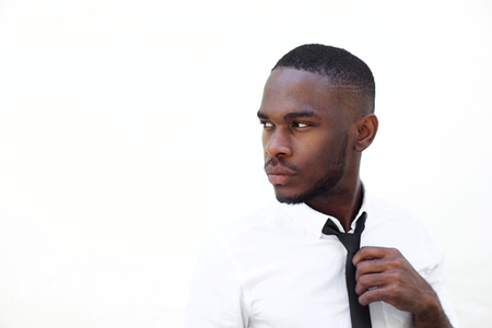 멀리 흰색 배경에 찾고 똑똑한 젊은 아프리카 사업가의 초상화를 닫습니다