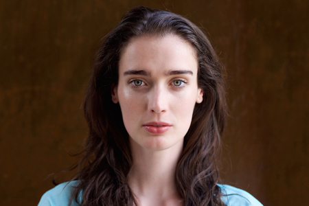 長い髪が魅力的な若い女性の肖像画を間近します。 写真素材