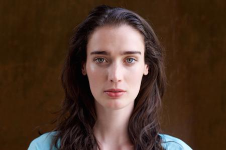 긴 머리를 가진 매력적인 젊은 여자의 초상화를 닫습니다