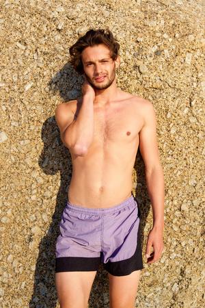 tronco: Retrato de un joven de pie fuera sin camisa