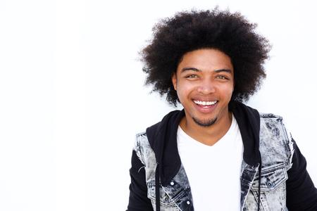 Portret van lachende jonge man tegen met afro op een witte achtergrond Stockfoto