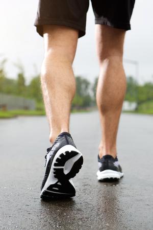 atletismo: Bajo el ángulo de cierre un retrato del basculador en zapatillas de deporte y pantalones cortos