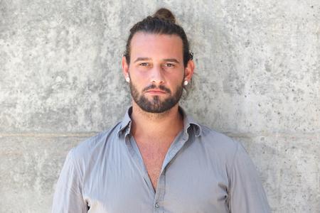 bollos: Cerca de retrato de hombre serio que mira fijamente con la barba