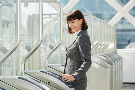 プラットフォームの障壁を通って歩いているプロフェッショナルなビジネス女性の肖像画 写真素材