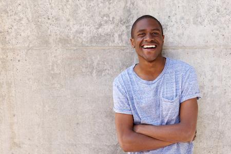 Close up retrato de un joven confía en negro sonriente