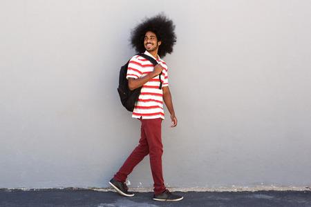 Portrait de pleine longueur d'étudiant heureux avec sac de marche
