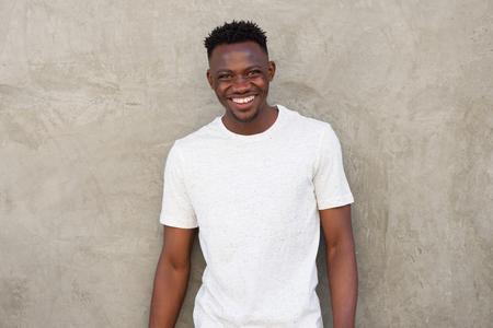 hombres negros: Retrato, feliz, joven, africano, americano, hombre, sonriente, pared