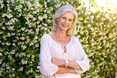 Portrait de femme plus âgée, souriant et debout à l'extérieur au printemps Banque d'images - 74022108