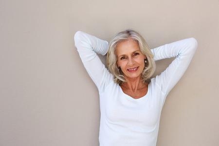 Retrato de sonriente mujer mayor despreocupada con las manos por la cabeza Foto de archivo - 74022135