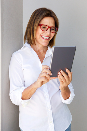 디지털 태블릿으로 웃는 사업가의 초상화