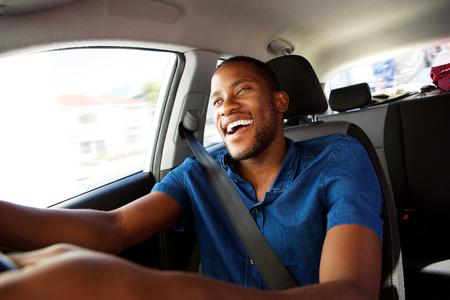 자동차 운전을 즐기는 행복 젊은 흑인 남자의 초상화