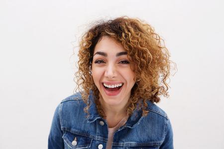 Bouchent le portrait de la belle jeune femme en riant Banque d'images - 79893983