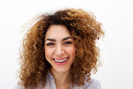Bouchent le portrait de la jeune femme aux cheveux bouclés souriant abasing fond blanc Banque d'images - 79894682