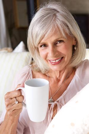 一杯のコーヒーと笑顔、年上の女性の肖像画