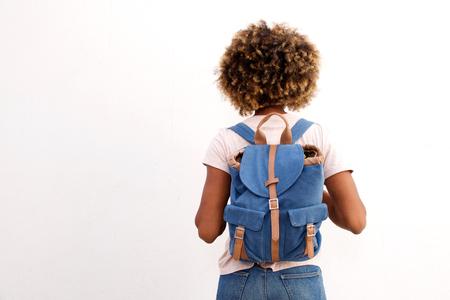 흰색 배경에 가방과 함께 아프리카 여성 학생의 후면보기