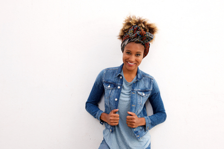 白い背景に、笑みを浮かべてスタイリッシュなアフリカの女性の肖像画 写真素材