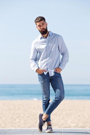 Ganzaufnahme der bereitstehenden Strandaufstellung des ernsten gutaussehenden Mannes Standard-Bild - 87300936