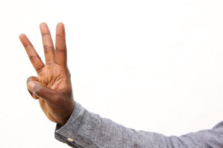 Chiuda sul ritratto della mano maschio con un segno di conteggio di tre dita su fondo bianco Archivio Fotografico - 88859295
