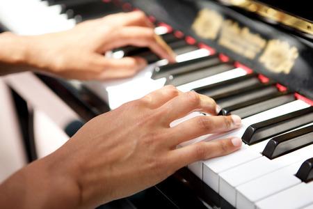 Schließen Sie herauf weibliche Hände, die das Klavier spielen Standard-Bild