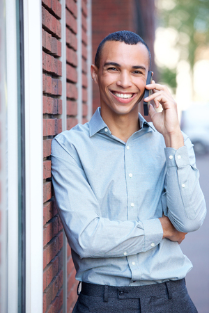 Portrait of happy young businessman talking on mobile phone Banque d'images - 113179312