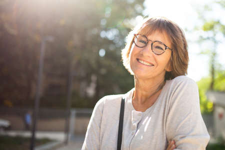 Close up portrait older woman with eyeglasses smiling outside Stockfoto