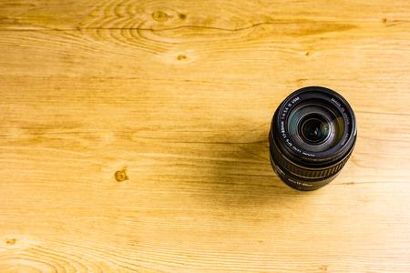 Lens op houten vloer
