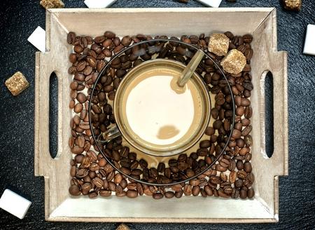 Tasse de café avec cappuccino et cassonade sur un plateau en bois. Banque d'images - 94807957