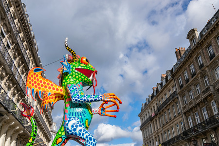 Lille, FRANCE-May 04,2019: Colorful figures on the streets of Lille.Parade opens the fifth season of Lille 3000. Reklamní fotografie - 123061002