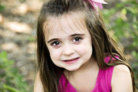 fair skin: Hermosa morena ni�o sonriente con grandes ojos marrones y piel blanca.  Foto de archivo