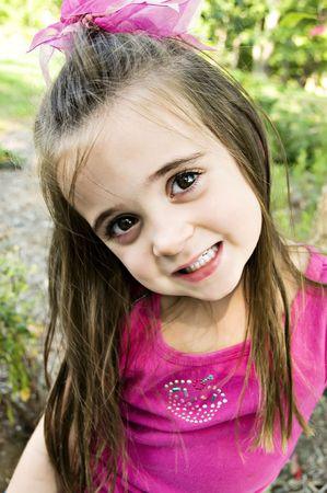 Mooie jonge peuter kind met bruin haar en bruine ogen en haar een beetje messed-up.  Stockfoto