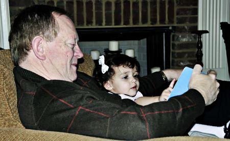 祖父は彼の孫娘に物語を読んでします。