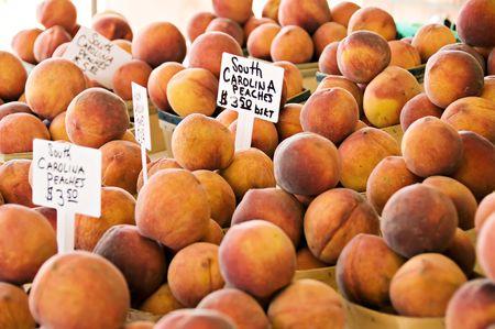$ 3,50 Mandje voor verse perziken Stockfoto