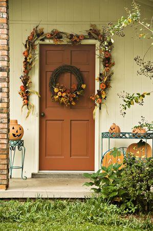 秋の花輪および花輪で飾られたドア
