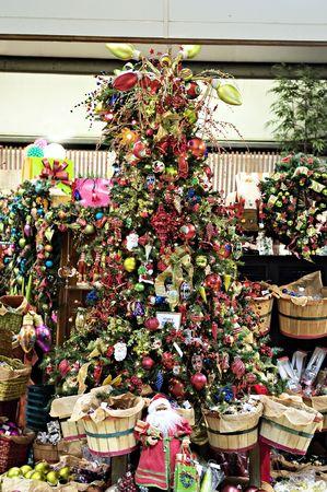 A Christmas scène met een boom en alles erop en eraan. Stockfoto