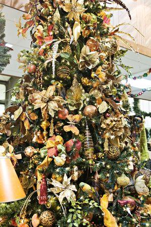 Mooie appeltje kerst boom versierd in goud Trim Stockfoto