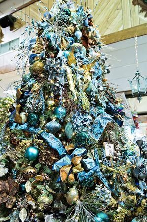 Een kerst boom versierd met blauwe glitz en glitter  Stockfoto