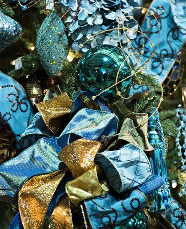 青い輝きの弓でクリスマスの装飾