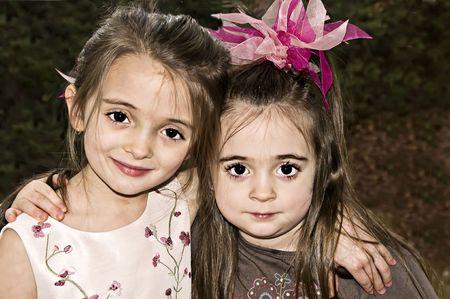 Twee brunette meisjes knuffelen