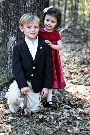 男の子と女の子の休日のためにドレスアップ。