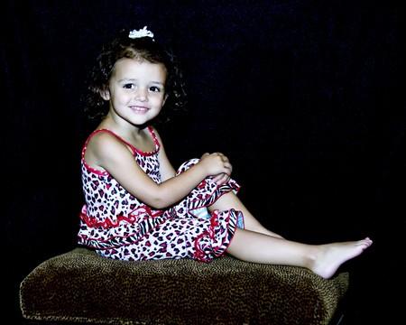 小さな女の子笑顔と肖像画のためにポーズします。 写真素材