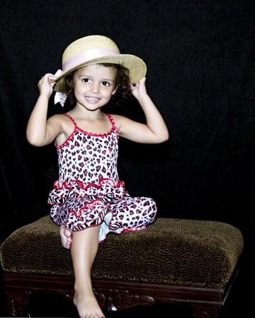 女の子、麦わら帽子を着て、ポーズします。