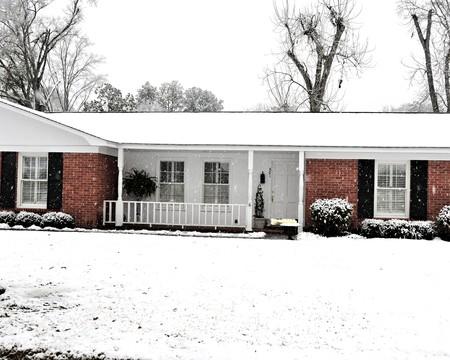 牧場の家は、雪で覆われています。