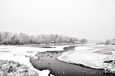 新鮮な雪が氷のような条件を作って湖をカバーします。