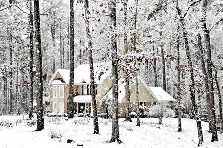 Een uitvoerend home beloond met vallende sneeuw op een koude winterdag dag