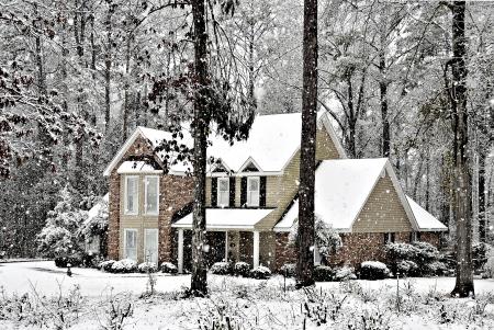 Sneeuw vallen op een mooi Executive Home. Stockfoto